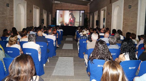 """Imagen de la proyección en el Patio de la Diputación Provincial de Huelva del cortometraje """"Inexistentes""""."""