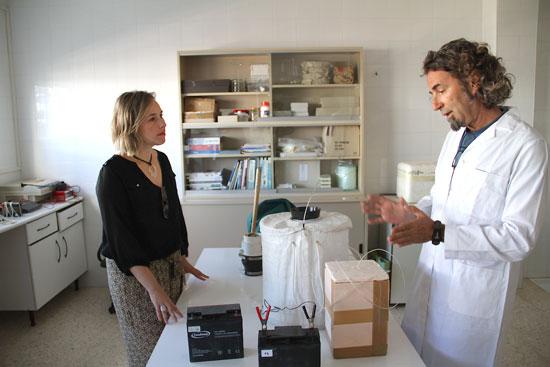 Laura Martín visita el laboratorio del Plan de Control de Mosquitos.