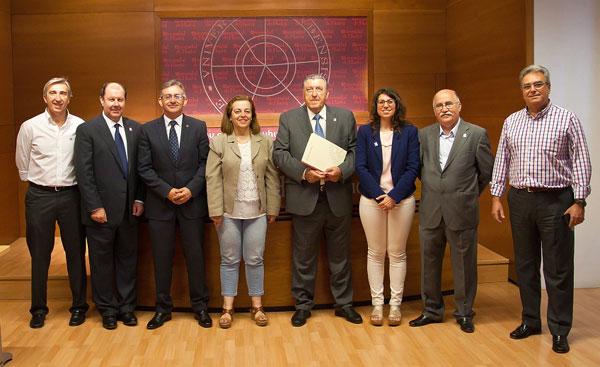 Imagen de los diferentes representantes institucionales durante el acuerdo.