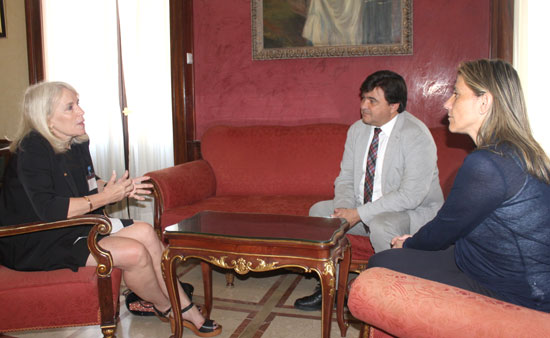 El alcalde de Huelva, Gabriel Cruz, ha recibido esta semana en el Ayuntamiento de la capital a la embajadora de Australia en España, Virginia Greville.