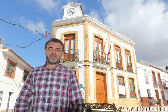 Juan Jesús Bermejo a las puertas del ayuntamiento berrocaleño.