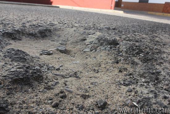Imagen de uno de los baches en el pavimento.