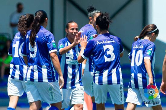 Jugadoras del Sporting celebran un tanto en un encuentro.