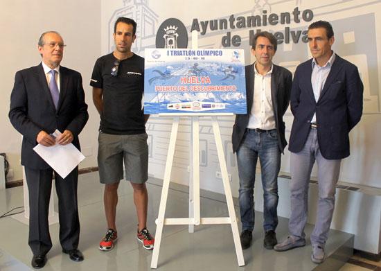 Presentación en el Ayuntamiento de Huelva del I Triatlón 'Huelva, Puerta del Descubrimiento'.