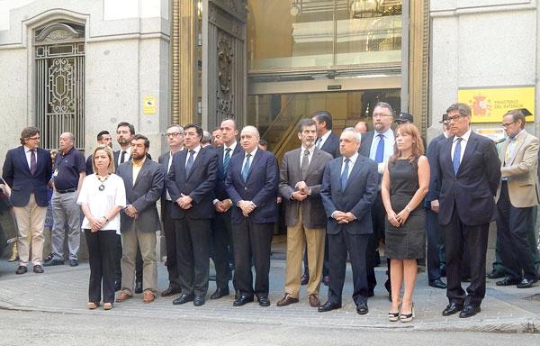 Imagen del minuto de silencio a las puertas del Ministerio.