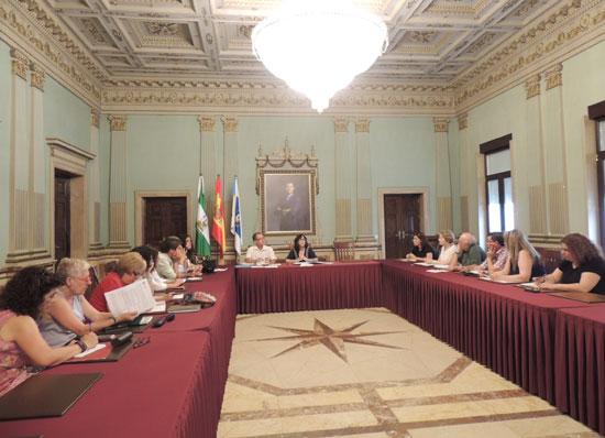 Imagen de la reunión en el Ayuntamiento de Huelva  sobre creación de la comisión de erradicación de chabolismo.