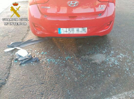 Imagen de los restos de cristales tras los daños producidos en el vehículo.