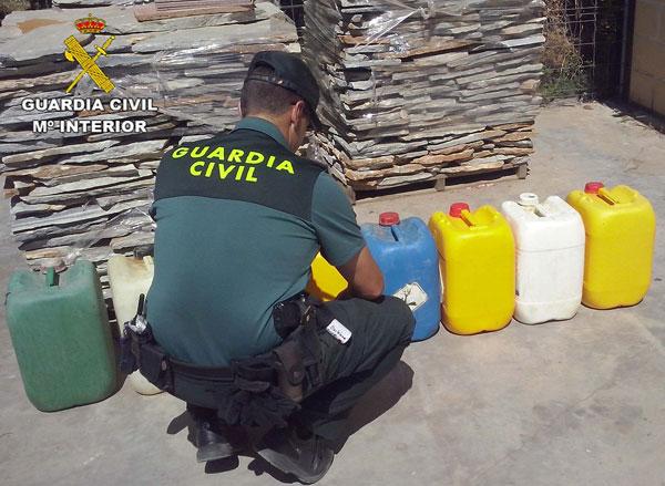 Un agente de la Guardia Civil contabiliza el gasoil incautado.