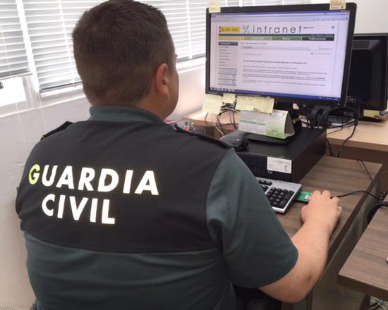 Un agente de la Guardia Civil realiza comprobaciones en un ordenador.