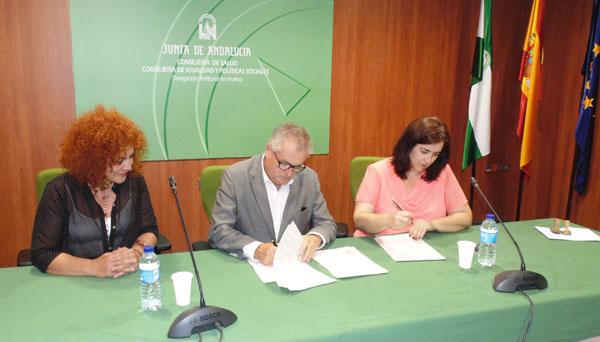 El delegado territorial de Igualdad, Salud y Políticas Sociales, Rafael López, y la alcaldesa aljaraqueña, Yolanda Rubio, han firmado hoy el convenio de cooperación para la puesta en marcha del programa en la localidad.
