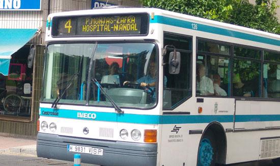 Imagen de un autobus de Emtusa en la ciudad de Huelva.