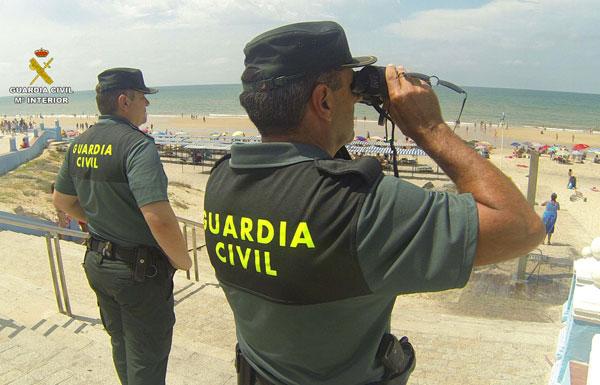 Agentes de la Guardia Civil realizan labores de búsqueda en la playa de Matalascañas.
