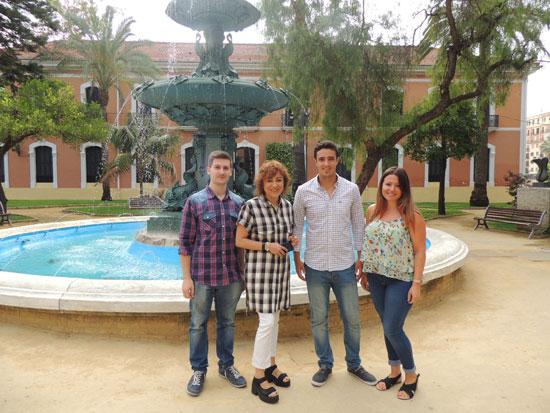 Elena Tobar junto a los alumnos que realizarán las practicas.