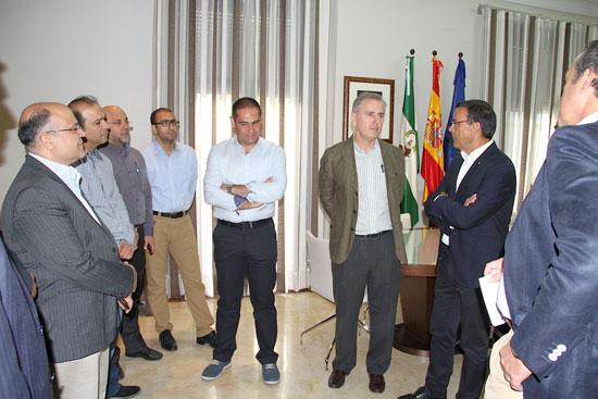 Los representantes de la Diputación Provincial dialogan con miembros de la delegación iraní.