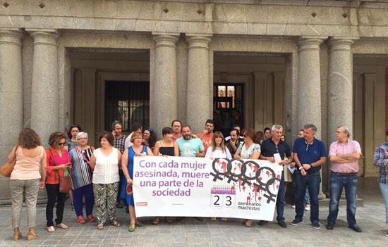 Imagen de una concentración contra la violencia de género en la Subdelegación del Gobierno en Huelva.
