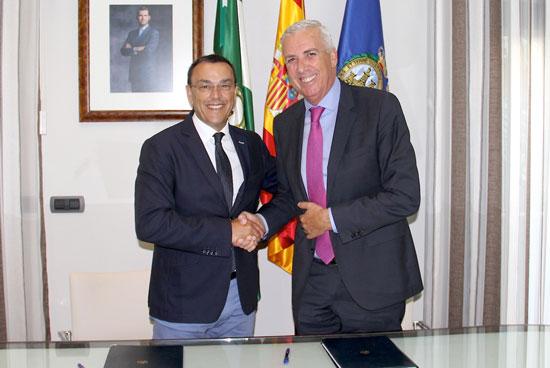 Ignacio Caraballo junto a José Manuel Díaz tras la firma del convenio.