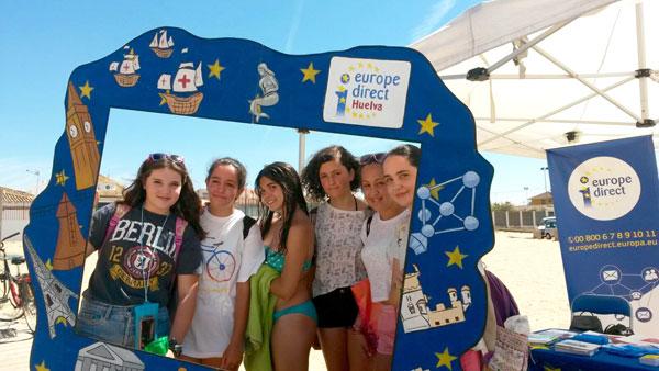 Varias chicas en el photocall de la actividad desarrollada por el Centro Europa Direct en Huelva.