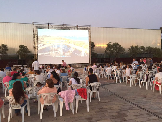 Imagen del cine de verano en el Parque Celestino Mutis.