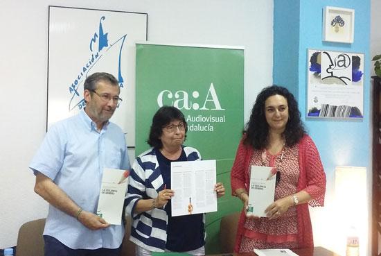 Las consejeras del Consejo Audiovisual de Andalucía (CAA) Cristina Cruces e Inmaculada Navarrete han presentado hoy la Guía para el Tratamiento Informativo de la Violencia de Género, junto al delegado en Huelva del Colegio de Periodistas de Andalucía, Rafael Terán.