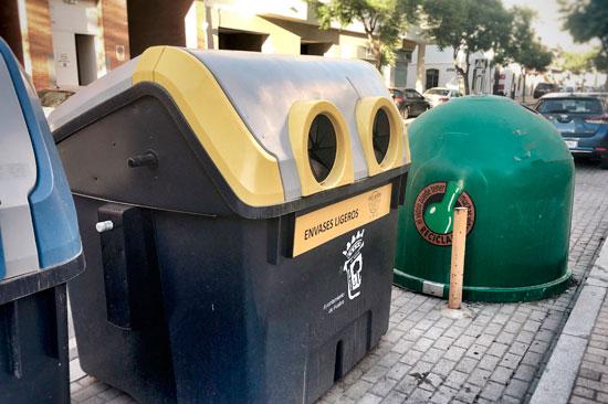 Imagen de varios contenedores en la ciudad de Huelva.