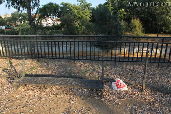 El parque presenta graves deficiencias como la ausencia de papeleras y respaldares en sus bancos.