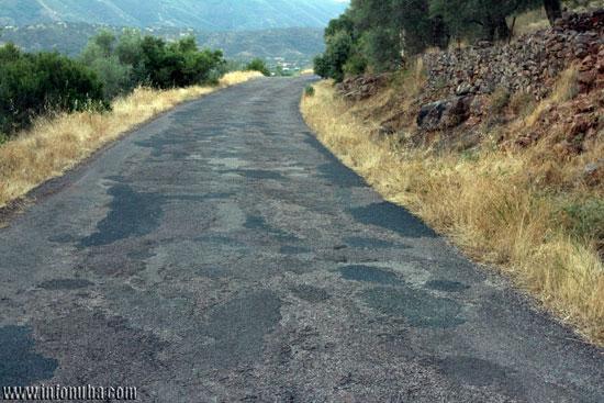 El mal estado de este tramo de la carretera es muy visible.