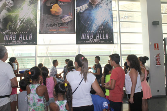 Imagen de algunos de los chicos y chicas antes de acceder a una sesión de cine en Aqualón.