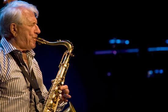 Pedro Iturralde durante una actuación.