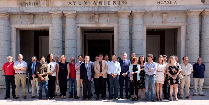 Imagen de minuto de silencio en el Ayuntamiento de Huelva.