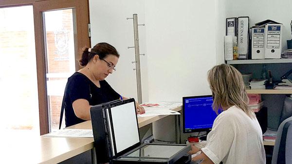Pastora López realizando el registro del escrito para solicitar información referente a los expedientes de contratación con la empresa CTA.