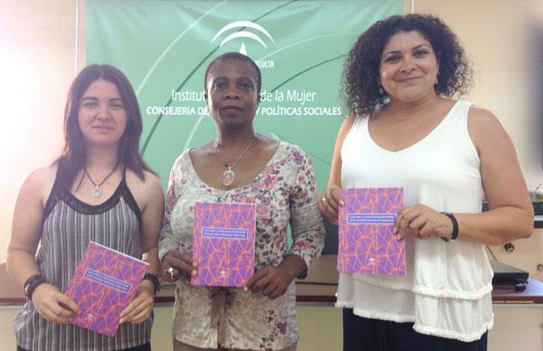 De derecha a izquierda; La coordinadora provincial del IAM, Eva Salazar, junto con Gloria Peter, presidenta de la Asociación Mujeres Entre Mundos y la autora de la guía, María José Serrano, durante la presentación del documento en el IAM de Huelva.