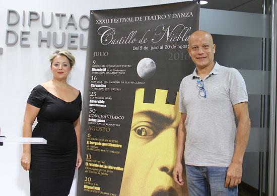La diputada de Cultura, Lourdes Garrido, y Yayo Cáceres han presentado 'Cervantina' en la Diputación de Huelva.