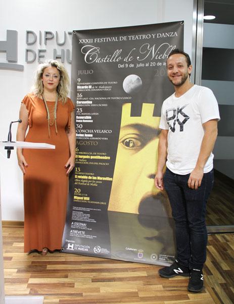 La diputada de Cultura, Lourdes Garrido, acompañada por el director de la obra, Manuel Liñán, han presentado el montaje en la Diputación de Huelva.