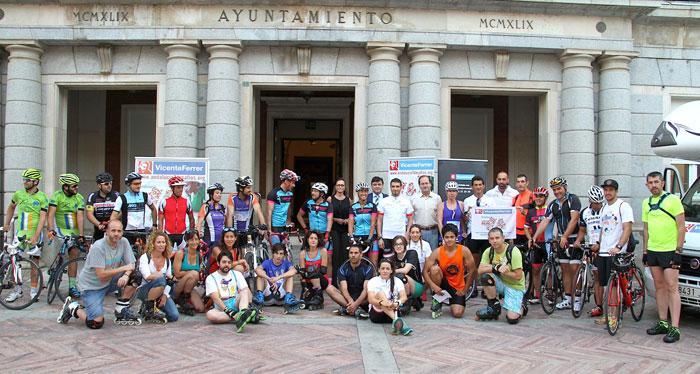 La plaza de la Constitución de la capital ha acogido el pistoletazo de salida del reto 'Andalucía 7 Desafíos', por el que cuatro deportistas onubenses recorrerán Andalucía.