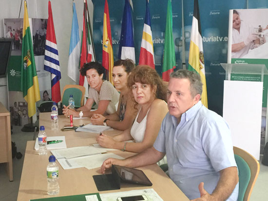 Javier Madrid, Rocío Jiménez y los representantes municipales durante el encuentro.
