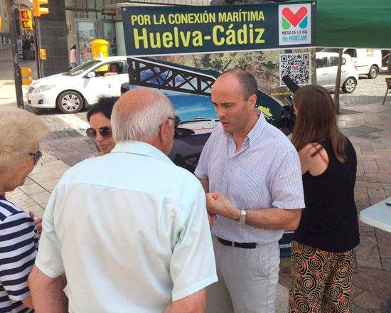 Miembros de Mesa de la Ría dialogan con ciudadanos.