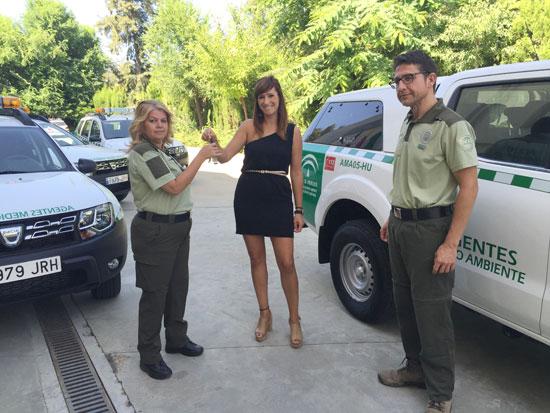 Rocio Jiménez entrega las llaves de los vehículos.