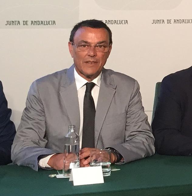 Imagen del presidente de la Diputación de Huelva, Ignacio Caraballo, durante la firma del convenio del PFEA en el Palacio de San Telmo.