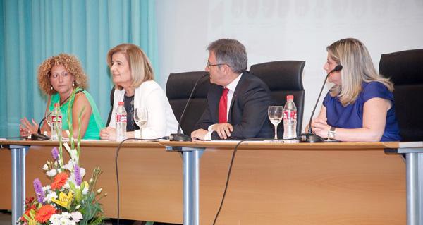 El acto contó la presencia de la Ministra de Empleo como invitada de honor de la Facultad de Ciencias de Trabajo. Junto con el Rector de la Universidad de Huelva, Francisco Ruiz, la Decana de la Facultad, Pilar Marín, y la Presidenta del Colegio de Graduados Sociales de Huelva, Isabel González.
