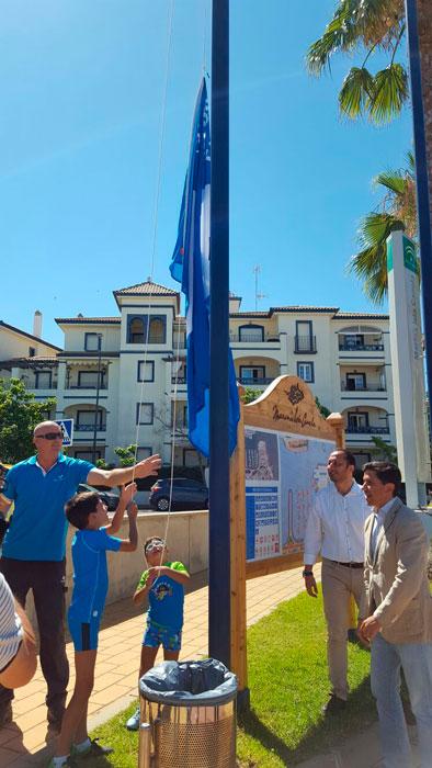 Imagen del izado de una de las banderas en Isla Canela.
