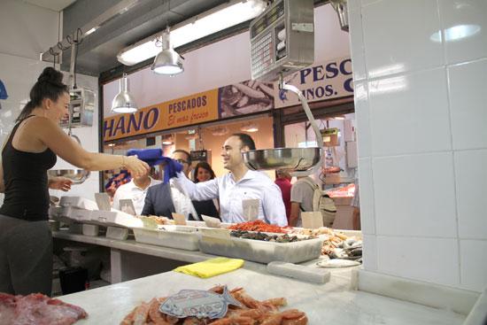 Pedro Pascual Hernández realiza una compra en el Mercado de Isla Cristina.