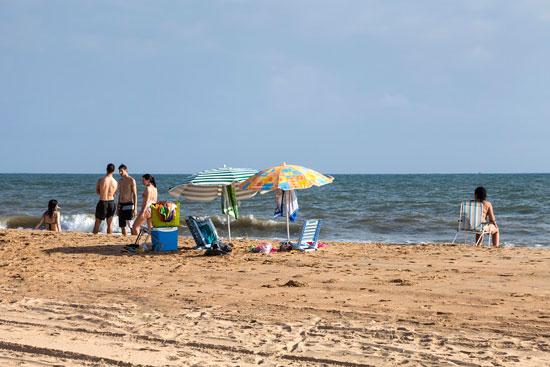 Veraneantes en la playa de Mazagón.