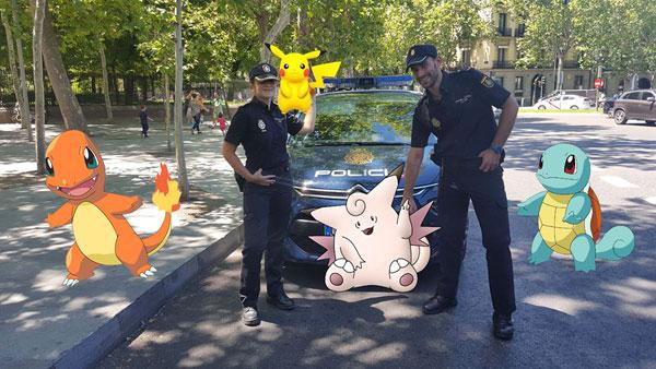Dos agentes de la Policía Nacional posan con los famosos dibujos animados para la campaña de concienciación.