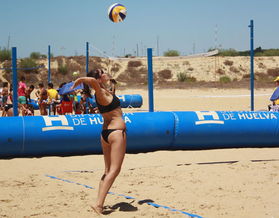 Imagen de una jugadora de voley-playa.