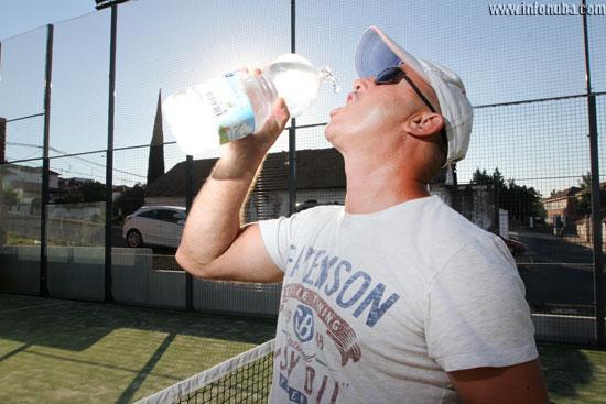 Una persona bebe agua durante una actividad deportiva.