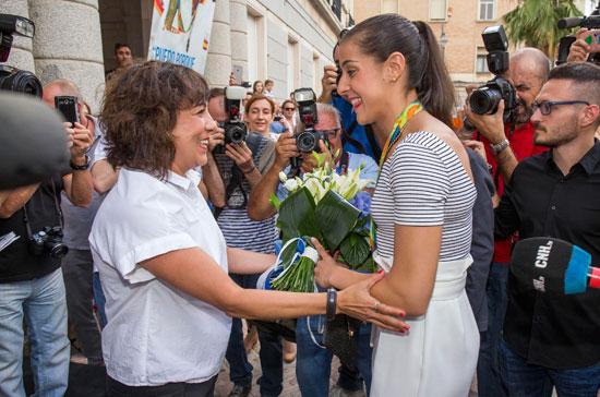 Elena Tobar recibe a la medallista a las puertas del Ayuntamiento de Huelva.