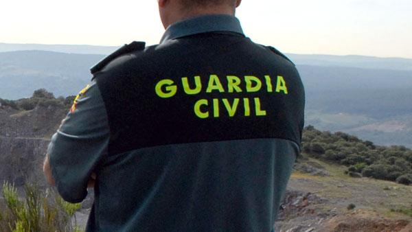 Un agente de la Guardia Civil realiza labores de vigilancia.