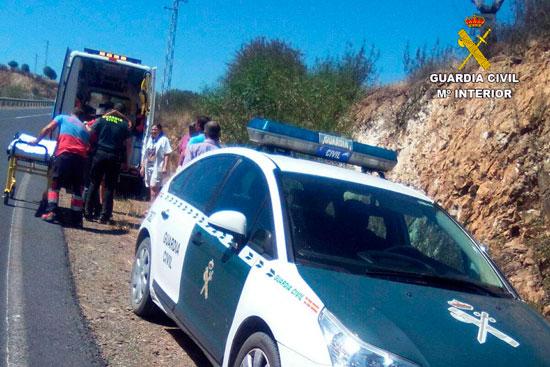 Imagen de los servicios sanitarios atendiendo al accidentado.