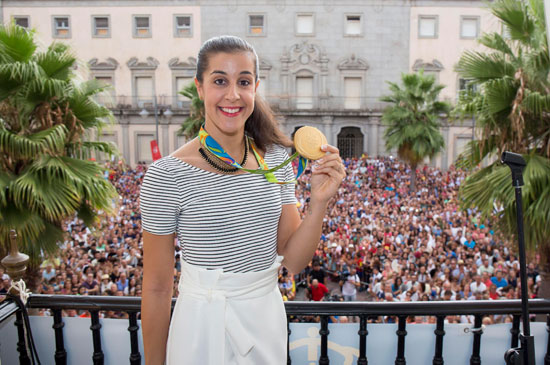 Carolina Marín muestra su medalla.