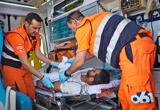 Técnicos sanitarios atienden a un paciente durante una emergencia.